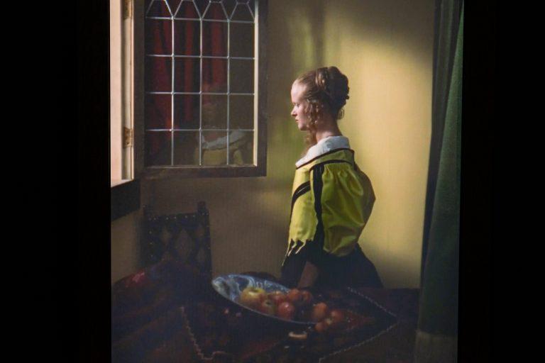 Девушка, читающая письмо перед открытым окном
